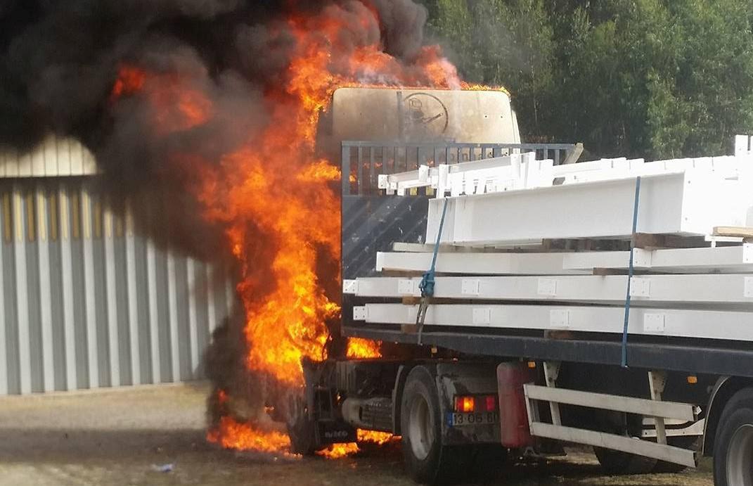 Incêndio consome cabine de camião 2 1