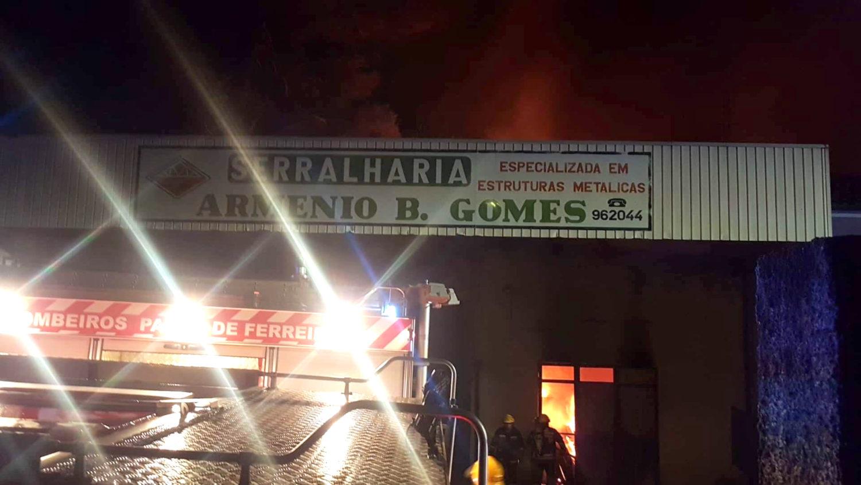 Incêndio consome armazém em Paços de Ferreira e1538517870699 1