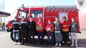 Plantel do FC Paços de Ferreira oferece lanternas aos Bombeiros