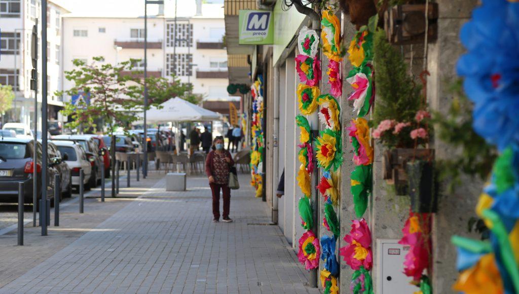 Comerciantes unem-se e decoram rua com flores
