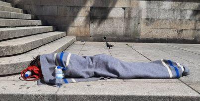 Um sem abrigo na Praca de D. Joao I Porto Fotografado numa tarde de Agosto2021